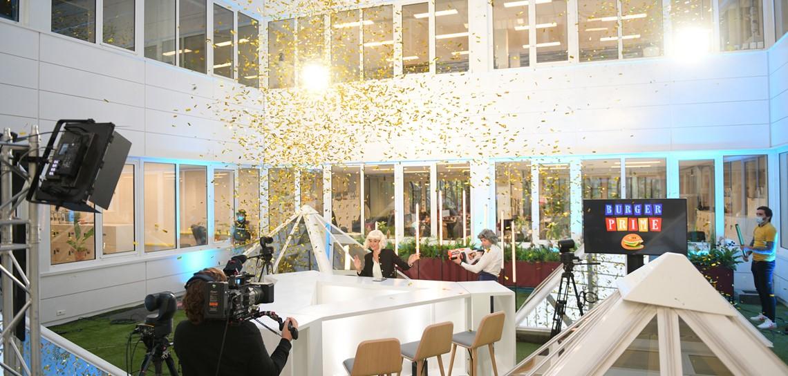 location de desks, location de table haute, location de mobilier scénique, location de mobilier de platau TV, scénomob